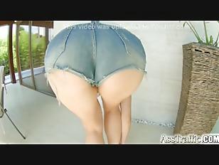 Парня ебут в жопу девки