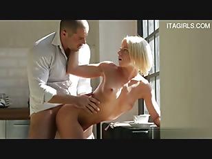 Негр трахает чужую жену перед мужем