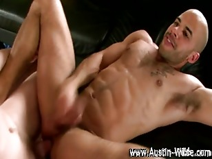 Muscley hunk Austin Wilde gets