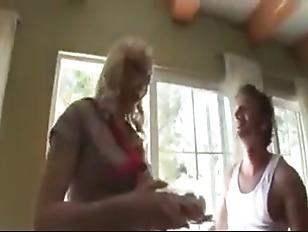 Порно лесбиянка совращает молодую