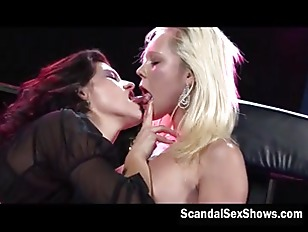 Two very sexy babes give a smo