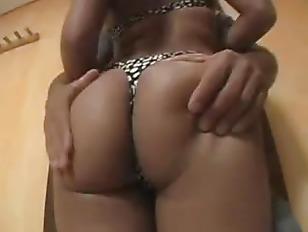 Девушка трахает страпоном