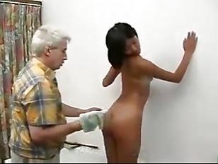 Доит мужика руками и ртом порно