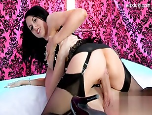 Picture Brunette Hottie Likes To Have Her Pussy Wet