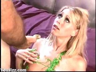 порно сосет грудь женщине