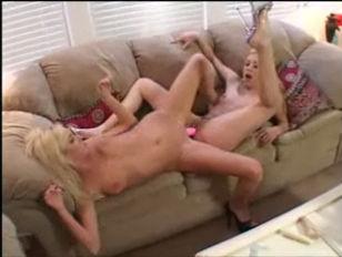 Две девушки страпонами имеют одного парня