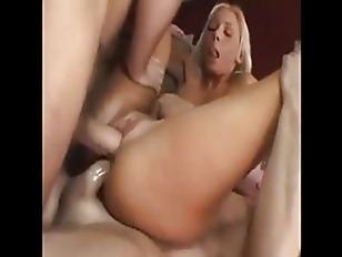 Брюнетка с челкой порнозвезда