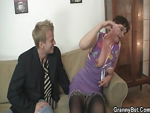 Old mom spreads her legs for h