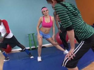 Девочки застовляют лизать своих мальчиков