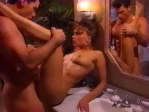 В кафе порно лизбеянок