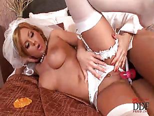 Молодая начальница заставляет подчиненного лизать ей ноги