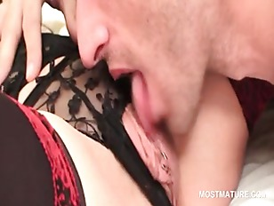 Mature hottie gets pussy licke