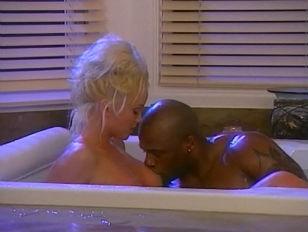 Онлайн порно видео сосущих в туалете