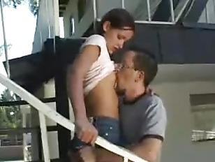Иного парней одну девушку