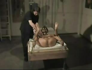 Порно жина заставляет мужа сасать член