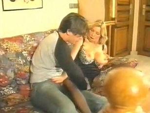 Видео подсмотренное под юбками без трусов