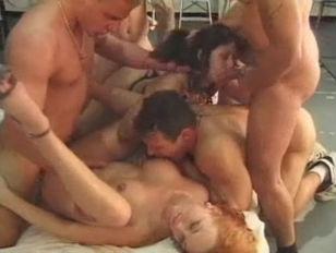 Мужики ссут в пизду