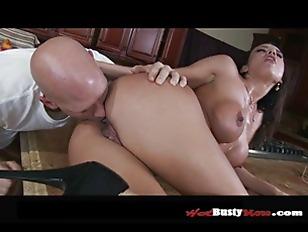 Русская девка ссыт парню в рот