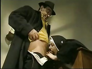 Женщина ласкает парню анус