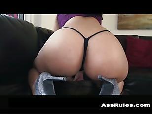 Curvy Latina twerks her ass