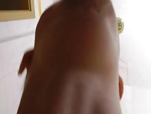 Азиатка лижет анус убелого мужика