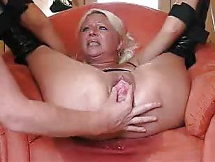 Жена трахает мужа безремневым страпоном