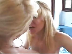 Просмотр порнороликов онлаин русские женщины застовляют лизать