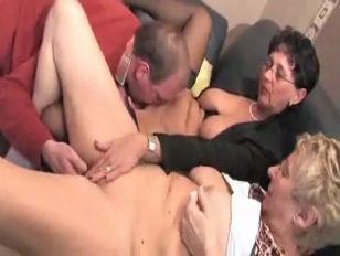 Пьяную девку трахают три мужика. Порно и секс видео.