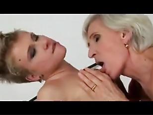 Порно толпа баб по очереди сцут в рот одному мужику