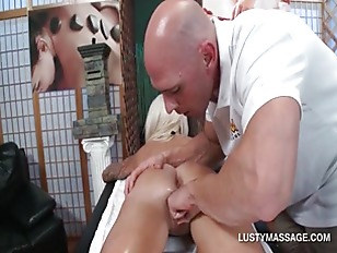 Deep pussy fingering in close-