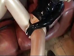 Порно ебут парней страпоном